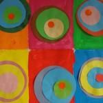 Fond à la peinture et ronds collés du plus petit au plus grand