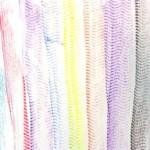 Lignes à la craie grasse avec comme support une nappe gaufrée