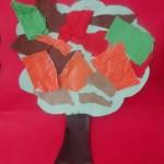 Papier déchiré et collé sur l'arbre