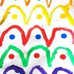 Ponts endroits à la peinture par dessus des gommettes