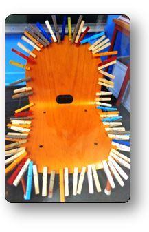 Un atelier pince à linge Entourer une chaise de pinces à linge