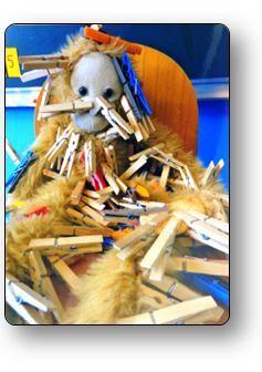 Un atelier pince à linge en petite section Pincer la mascotte de la classe, atelier pinces à linge