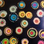 Empreintes de ronds sur fond papier glaçé