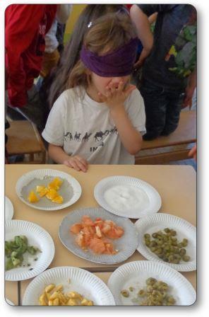 Enfant de maternelle en train de goûter jeu de reconnaissance des saveurs