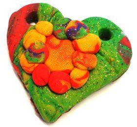 Idée cadeau pour la fête des mères Un collier cœur en pâte à sel