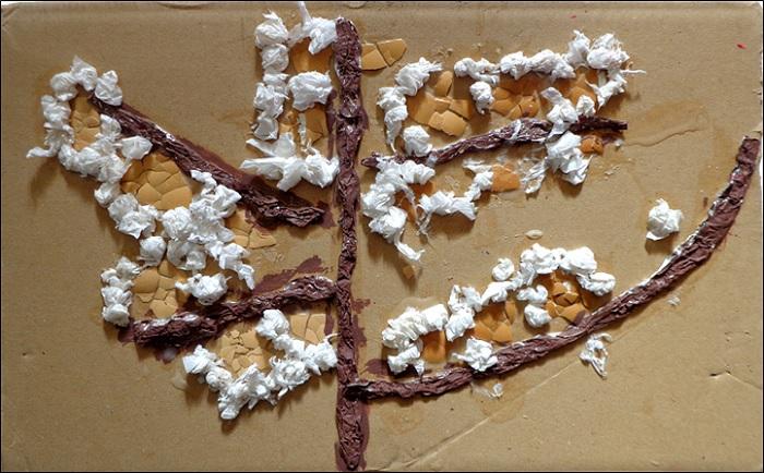 Papier crépon et coquilles d'oeufs collés