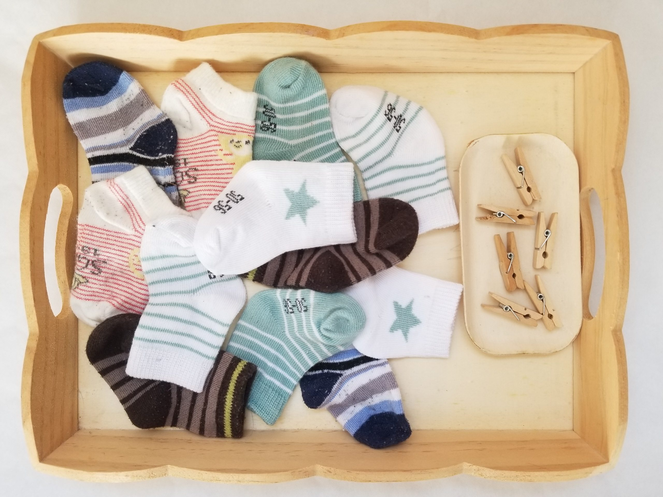 Activité autonome Montessori trier les paires de chaussettes